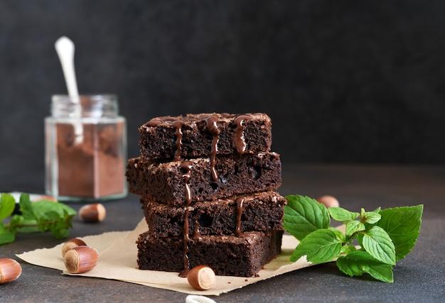 Torta al cioccolato con noci sul tavolo Foto Premium