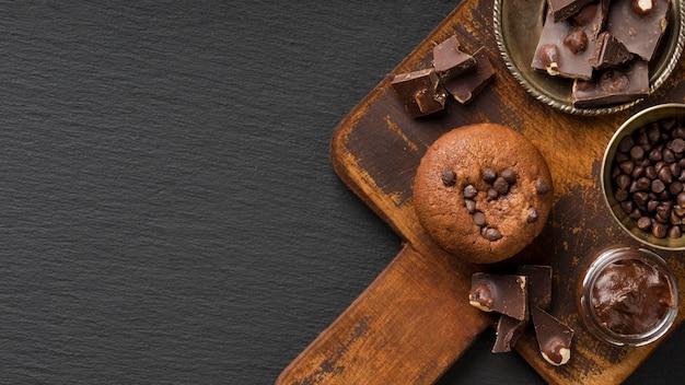 Muffin al cioccolato sullo spazio della copia del bordo di legno Foto Premium