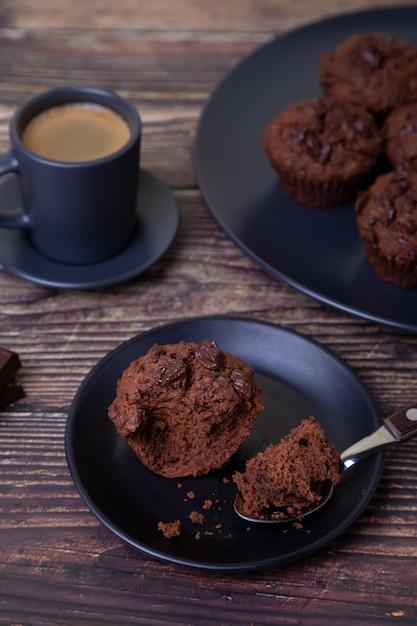 Muffin al cioccolato su una banda nera Foto Premium