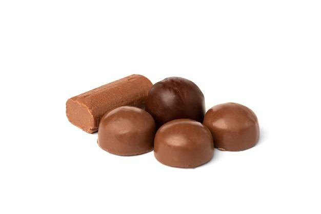 Dolce al cioccolato isolato su bianco Foto Premium