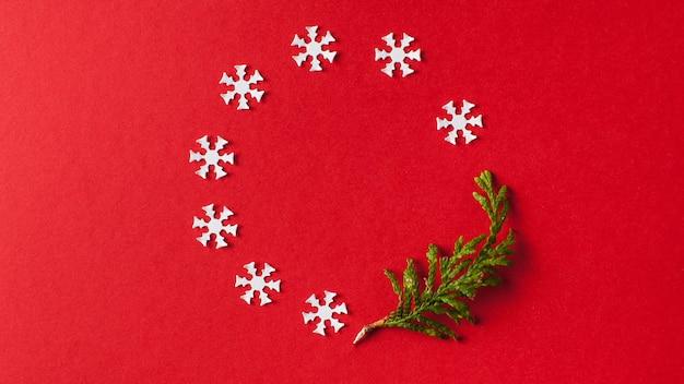 Sfondo natale, sfondo rosso capodanno con fiocchi di neve bianchi Foto Premium