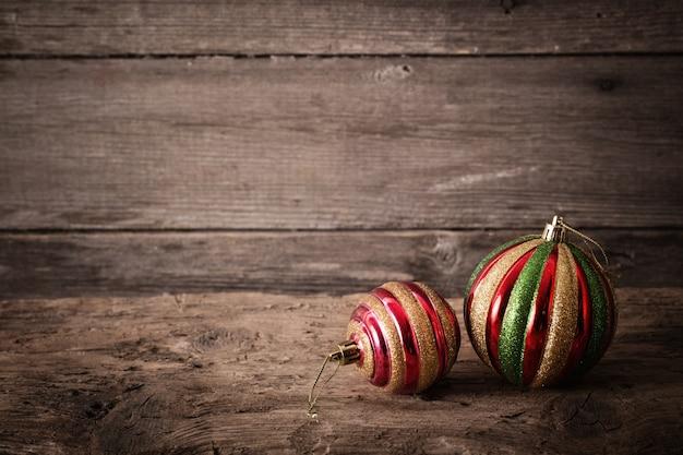 Palla di natale sullo sfondo di legno Foto Premium