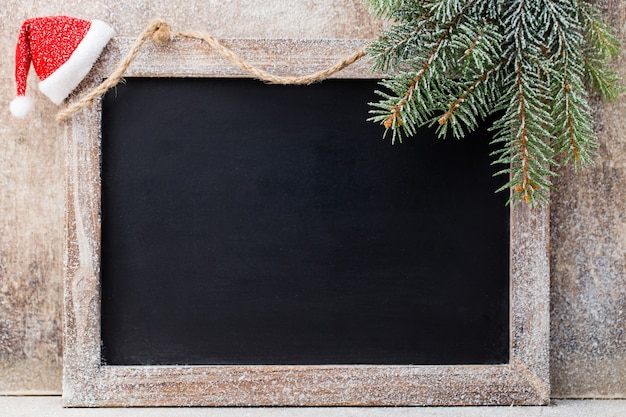 Lavagna e decorazione di natale sulla tavola di legno. Foto Premium