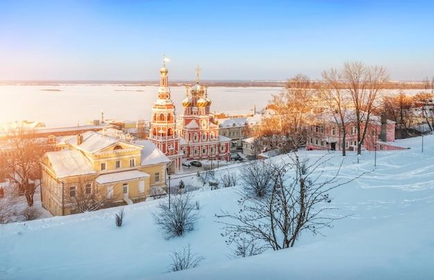 Chiesa di natale a nizhny novgorod sotto i raggi del tramonto sulla sponda alta del volga o Foto Premium