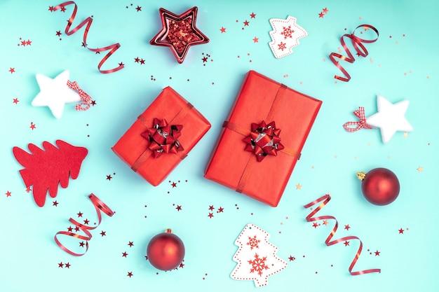 Composizione di natale. decorazioni natalizie rosse e bianche su sfondo di carta blu pastello. Foto Premium