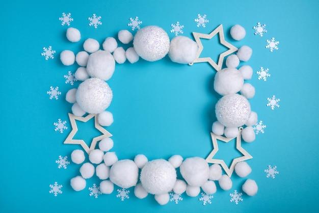 Composizione in natale, cornice quadrata di palline bianche e beatitudine su sfondo blu Foto Premium
