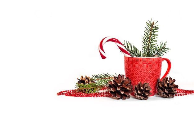 Composizione in natale con tazza rossa, pigne e aghi di abete Foto Premium