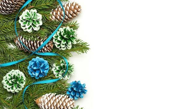 Concetto di natale di decorazioni fatte di rami di abete e coni. Foto Premium