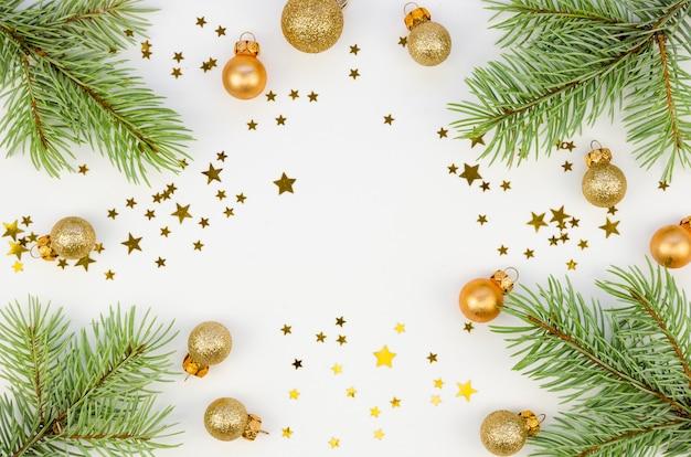 Christmas copyspace golden stars decorazioni con rami di abete su sfondo bianco Foto Premium