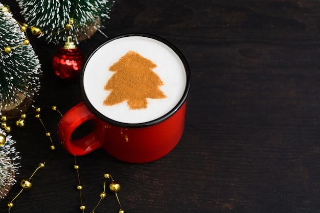 Tazza di caffè di natale con l'albero di abete. bevanda di capodanno sulla tavola di legno Foto Premium