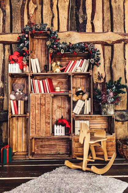 Decorazione natalizia sullo sfondo di una parete in legno. Foto Premium