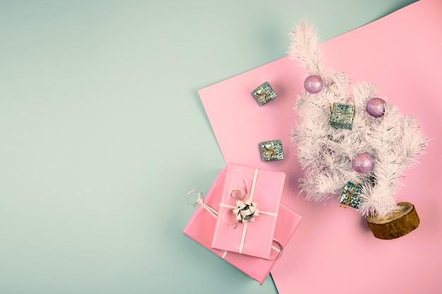 Decorazioni natalizie con albero giocattolo e scatole regalo o regalo. copyspace Foto Premium