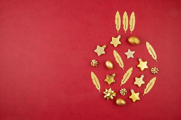 Decorazione di natale con gli ornamenti dorati di natale con lo spazio della copia sopra i precedenti rossi Foto Premium