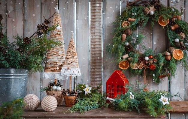 Candele fatte a mano con decorazioni natalizie. alberi di natale tessili fatti a mano per una tavola festiva con le tue mani. capodanno economico. Foto Premium