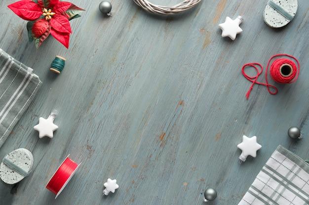 Il piatto di natale giaceva in grigio, verde, bianco e rosso, copia-spazio. sfondo di natale con scatole regalo e decorazioni Foto Premium