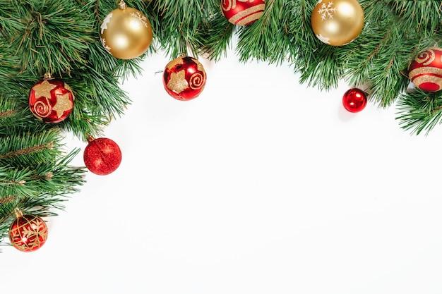 Blocco per grafici di natale, rami di albero con oro e sfere rosse isolate su bianco. isolato. Foto Premium
