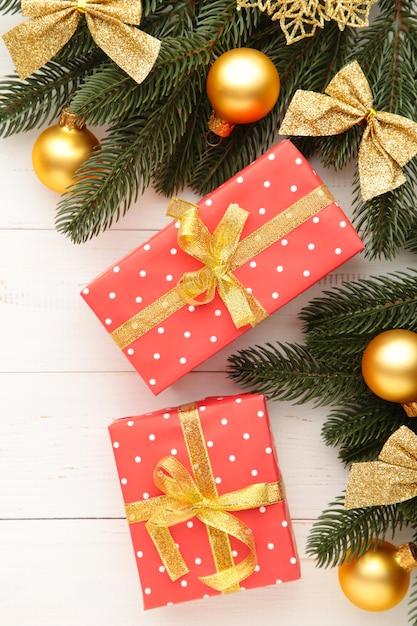 Scatole regalo di natale e decorazioni su fondo di legno bianco. vista dall'alto. Foto Premium