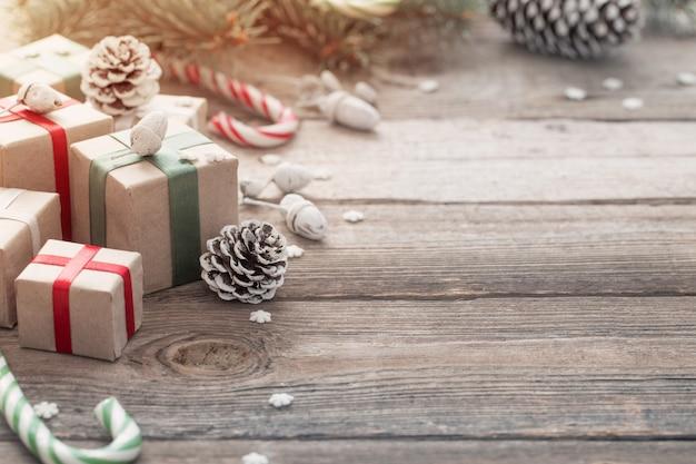 Ramo e regali verdi di natale su fondo di legno Foto Premium