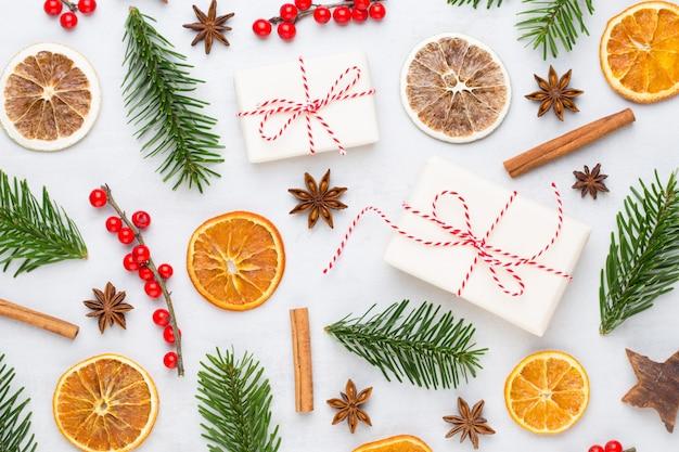 Biglietto di auguri di natale. ramo di albero di natale su glitter dorato bokeh luci sfondo Foto Premium