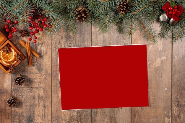Abete della decorazione della cartolina d'auguri di natale vista dall'alto con spazio per i vostri desideri Foto Premium