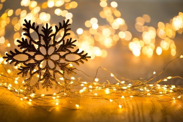 Biglietto di auguri di natale. decorazione festiva su sfondo bokeh. lay piatto. vista dall'alto. Foto Premium
