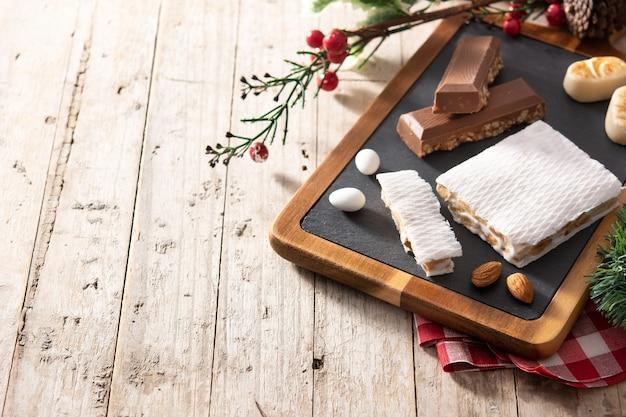 Torrone di natale su fondo di legno Foto Premium
