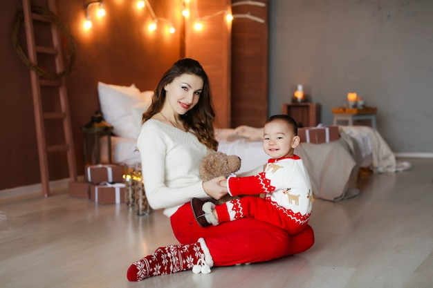Servizio fotografico natalizio di una famiglia di due persone, una madre e un bambino di 2-3 anni Foto Premium