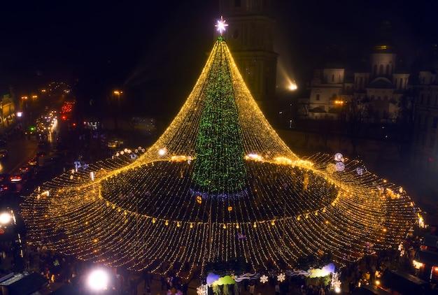 Albero di natale. il principale albero di natale dell'ucraina in piazza sofiyivska. vista dal drone Foto Premium