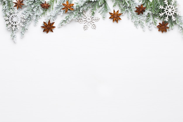 Rami di albero di abete bianco di natale con decorazioni di stelle. Foto Premium