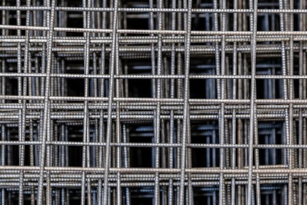 Griglia cromata dettagli 3d per l'edilizia. chiuda sul modello di un filtro dalla fornace. fine in bianco e nero su di una griglia della metropolitana del marciapiede con profondità di campo bassa. Foto Premium