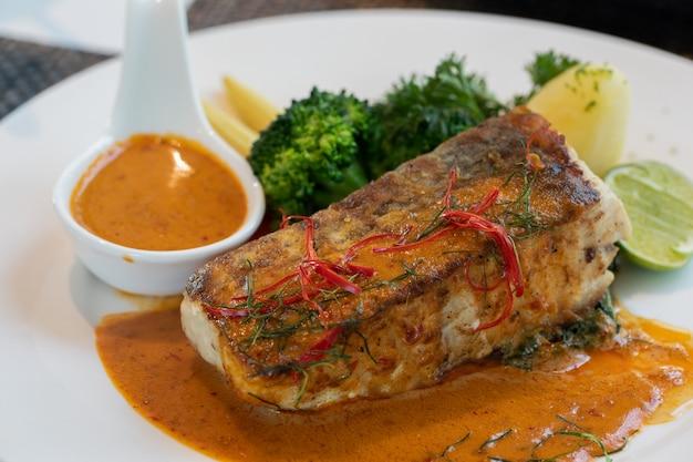 Chuchie pesce su un piatto bianco Foto Premium