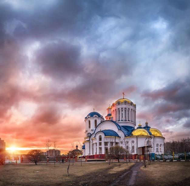 Chiesa di tutti i santi di mosca a bibirevo a mosca sotto un cielo rosa al tramonto Foto Premium