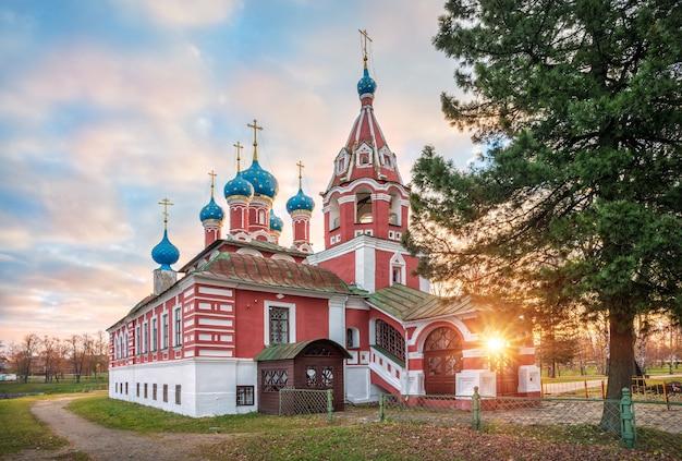 Chiesa di dmitry sul sangue al cremlino di uglich sotto i raggi del sole autunnale del mattino Foto Premium