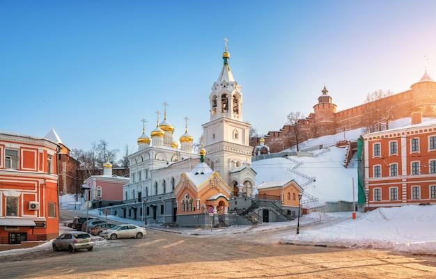 La chiesa della natività di giovanni battista alle mura del cremlino di nizhny novgorod Foto Premium