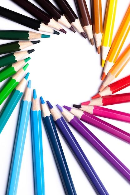 Ricciolo di cerchio o arcobaleno di matite colorate su sfondo bianco, spazio copia, mock up, simbolo lgbt, orizzontale. Foto Premium