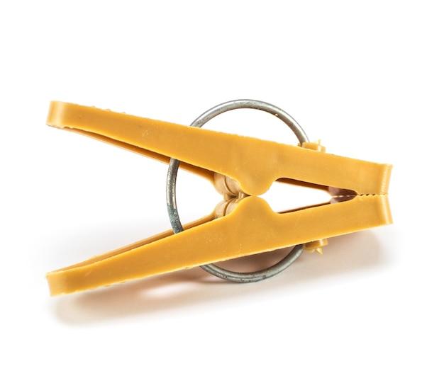 Molletta da bucato in plastica classica con anello di metallo isolato Foto Premium