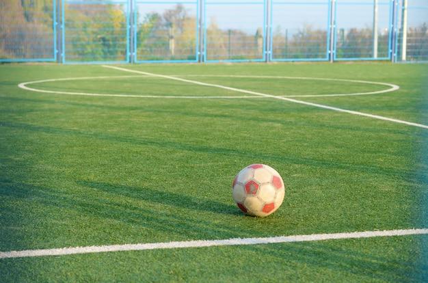 Pallone da calcio classico sul campo di erba verde di calcio all'aperto. sport attivo e allenamento fisico Foto Premium