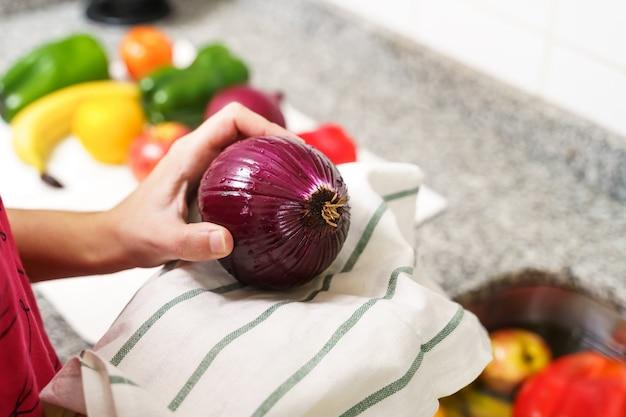 Pulire la frutta e la verdura con un asciugamano Foto Premium