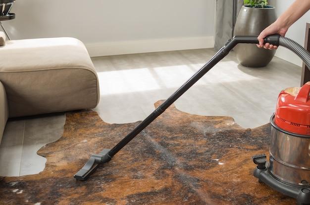 Pulire la casa e aspirare il pavimento con l'aspirapolvere Foto Premium