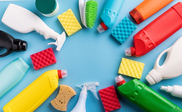Prodotti per la pulizia e bottiglie per la pulizia Foto Premium