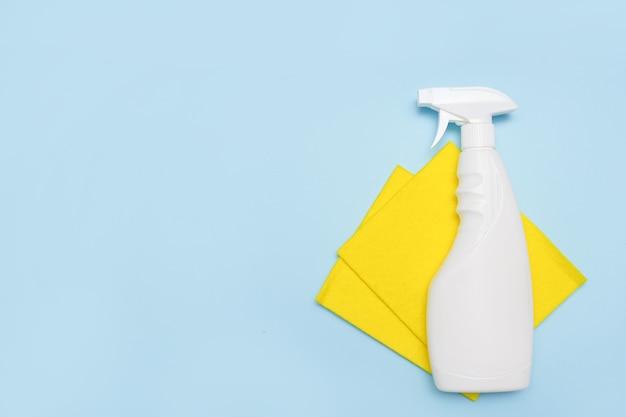 Strumenti per la pulizia. luogo vuoto per testo o logo su sfondo blu Foto Premium
