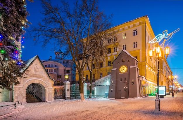 Orologio sulla via bolshaya pokrovskaya a nizhny novgorod Foto Premium