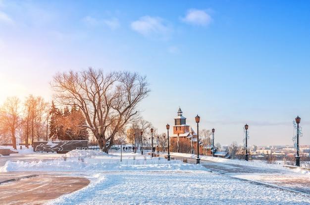 Torre dell'orologio e luci del cremlino di nizhny novgorod Foto Premium