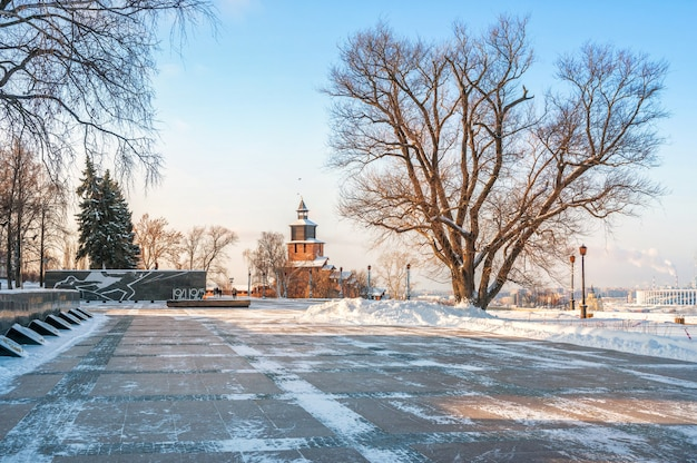 Torre dell'orologio del cremlino di nizhny novgorod e un monumento ai caduti nella guerra patriottica con fuoco eterno Foto Premium