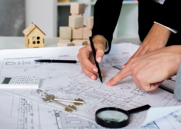 Architetti del primo piano che disegnano un progetto Foto Premium