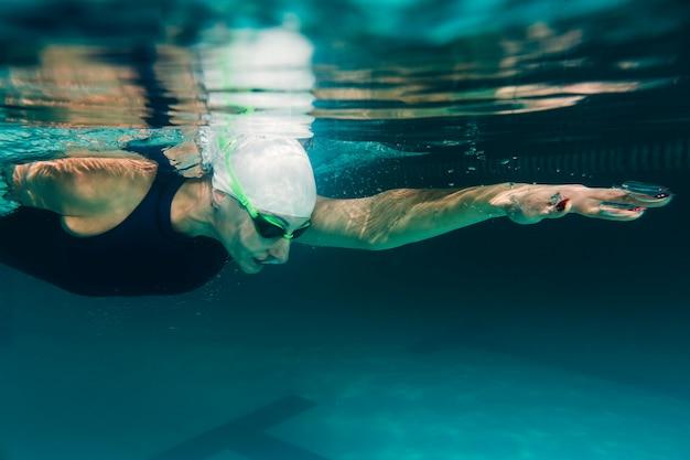 Chiuda in su di nuoto atletico del nuotatore Foto Premium