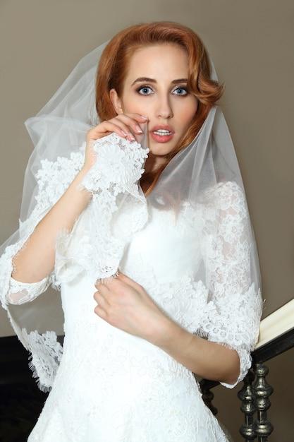 Primo piano sulla bella sposa prima del matrimonio Foto Premium
