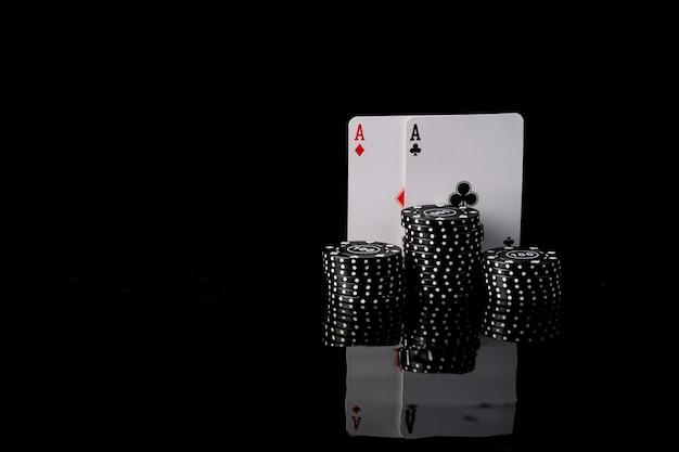 Close-up di poker black chips e due assi di carte da gioco Foto Premium