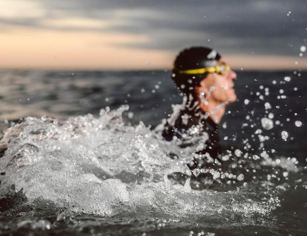 Nuotatore sfocato primo piano in acqua Foto Premium