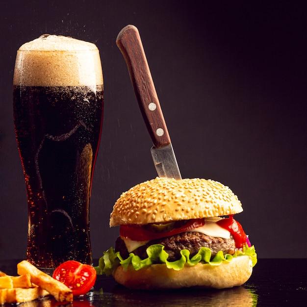 Hamburger di primo piano con birra Foto Premium